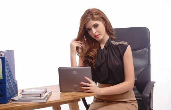 Andrea thời trang với máy tính bảng Mỹ Coby Kyros 5