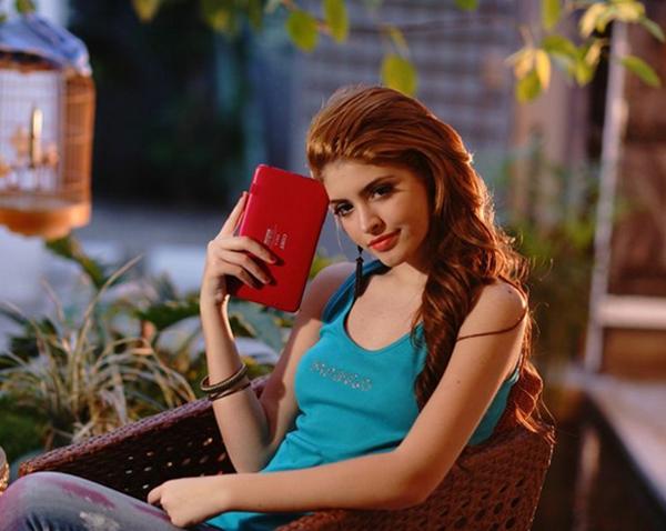 Andrea thời trang với máy tính bảng Mỹ Coby Kyros 6