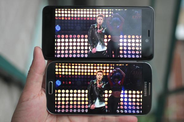 Q-Smart Dream SI đọ màn hình cùng Samsung Galaxy S4 9