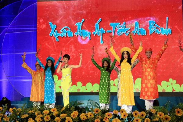 quân Vietnam Idol 2012 – Uyên Linh sôi động với Đón xuân
