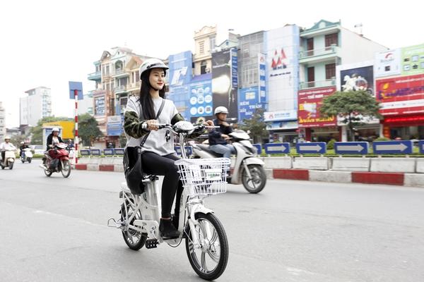 Hà Lade phong cách với xe đạp điện