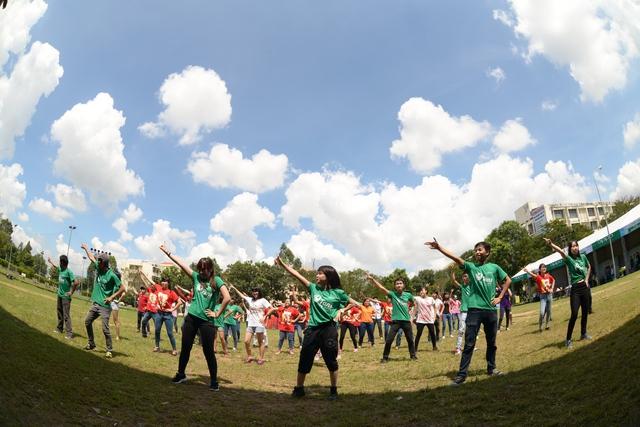 Fan nhảy flashmob dành tặng Mỹ Tâm trước thềm liveshow 2