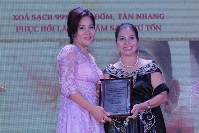 Vợ chồng Minh Tiệp tham dự lễ kỷ niệm 14 năm thành lập Thẩm mỹ viện Thu Lâm 5