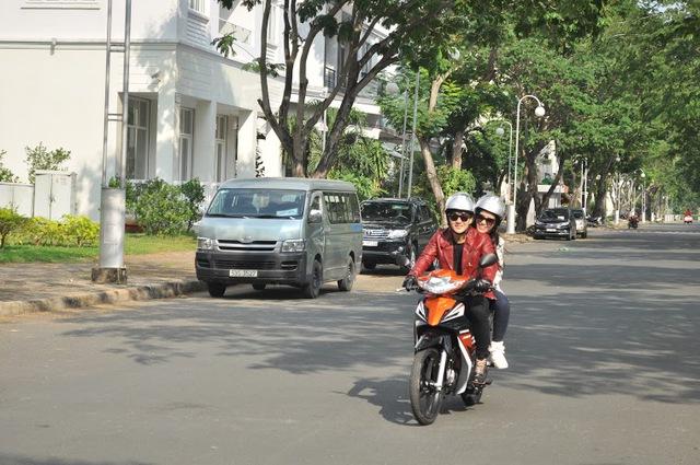 Bắt gặp Ông Cao Thắng đi xe máy cùng Đông Nhi dạo phố Phú Mỹ Hưng