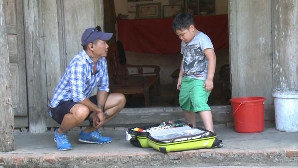 Bác Leng Keng phát hiện Bi có đồ chơi nên đã tịch thu vali.