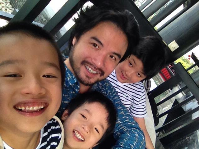 Doanh nhân Đỗ Minh và 3 con trai của mình.