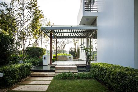 Gamuda Gardes nổi bật với mô hình sân trước vườn sau với các tiểu cảnh nước vừa mang lại sinh khí luân chuyển cho ngôi nhà, vừa hài hòa phong thủy cho gia chủ .