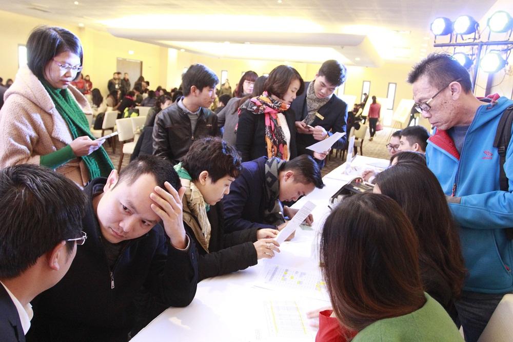 Khách hàng tham dự Lễ giới thiệu The TWO Residence nhanh chóng đặt chỗ sau khi tìm được căn hộ ưng ý.