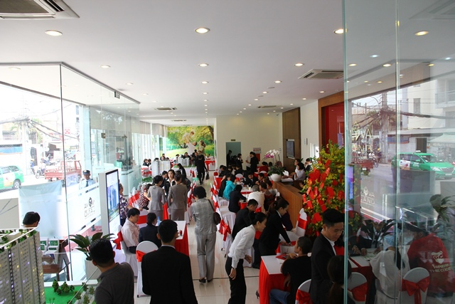 Nhiều khách hàng đã đến tham quan căn hộ mẫu và tìm hiểu dự án