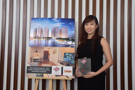 Đại diện TNR Holdings nhận kỷ niệm chương Top 10 Nhà phát triển BĐS hàng đầu Việt Nam năm 2016