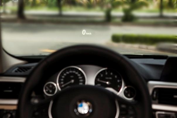 Chức năng hiển thị thông tin trên kính chắn gió (Head-up display) được trang bị tiêu chuẩn trên BMW 3 Series phiên bản 100 năm, dành riêng cho khách Việt