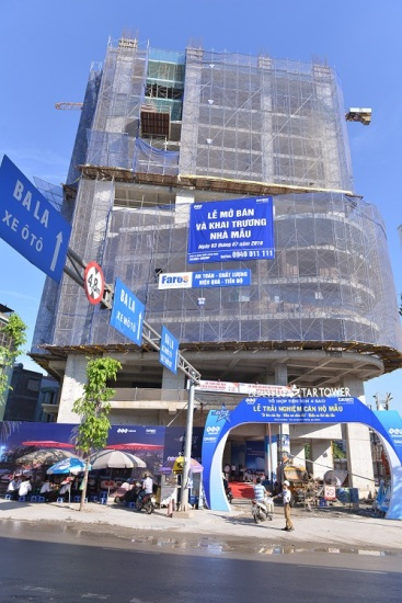 Với tiềm lực tài chính vững chắc, FLC Star Tower đang dần hiện hữu bởi những nhà thầu uy tín bậc nhất luôn đảm bảo chất lượng xây dựng tốt nhất. Hiện toà nhà đã xây dựng tới tầng 16, vượt tiến độ thi công gần 3 tháng. Hình ảnh chụp tại sự kiện sáng 24/7/2016.