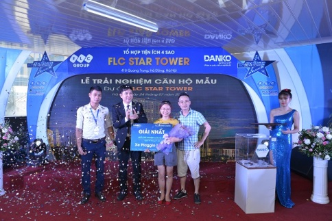 Chị Nguyễn Phương Thảo, chủ sở hữu căn hộ 1211 đã may mắn trúng Giải nhất của chương trình là xe Vespa LX 125 trị giá gần 67 triệu đồng.