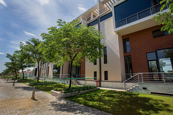 Con đường nội khu thoáng rộng, yên ả với hàng cây xanh rợp bóng mát tại Galleria.
