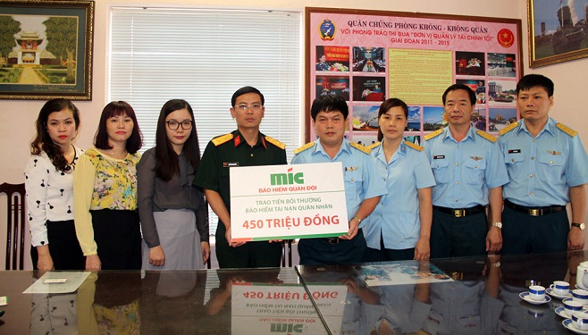 MIC trao 500 triệu đồng bồi thường bảo hiểm tai nạn quân nhân