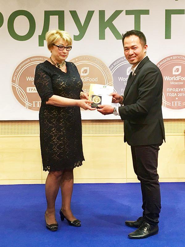 Đại diện tập đoàn TH nhận giải Vàng từ Ban tổ chức.