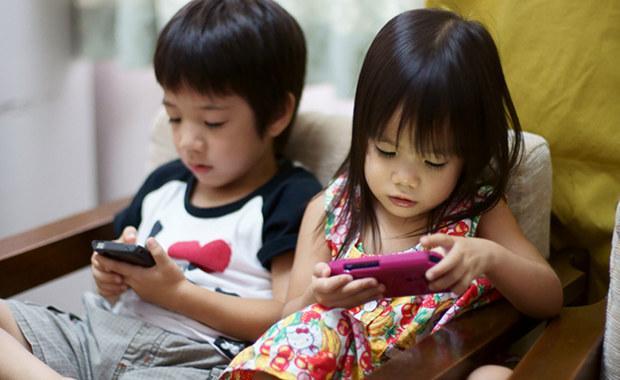 Cha mẹ đừng để thế giới của bé gói gọn trong những chiếc smartphone.