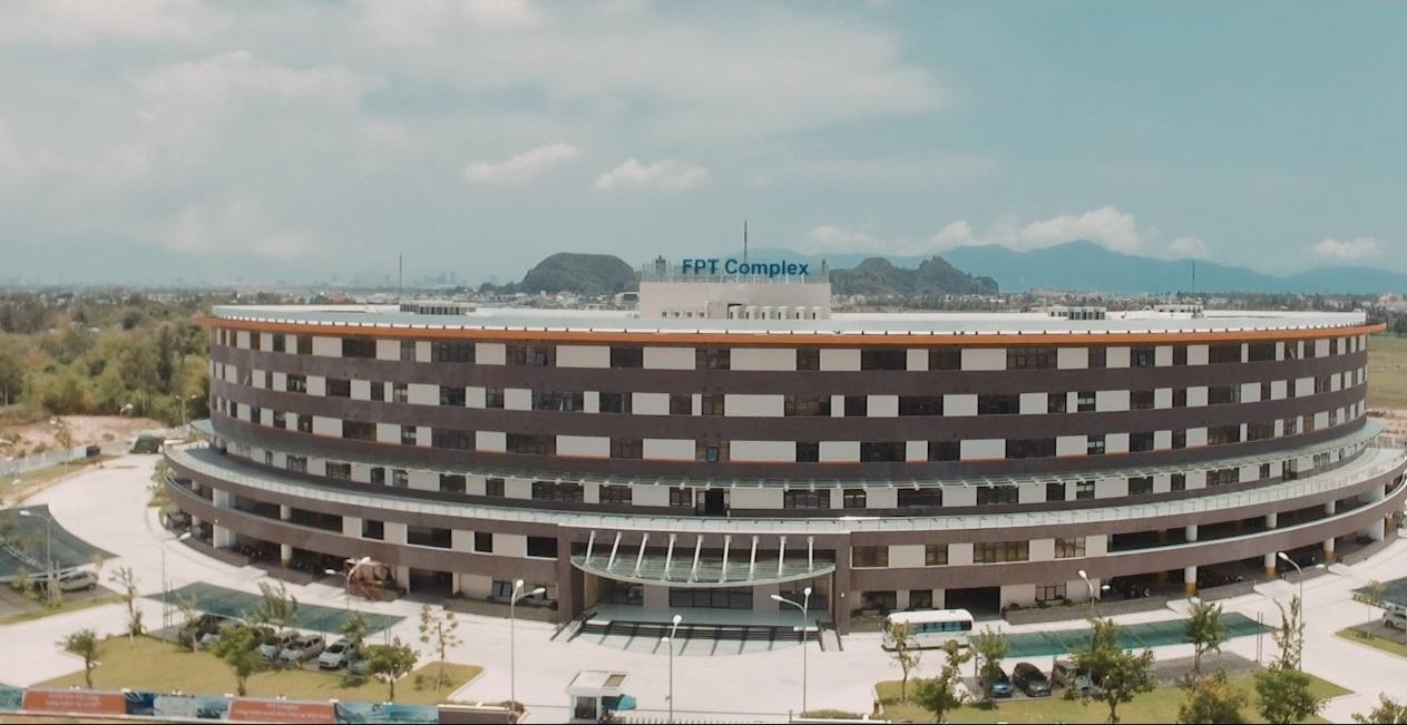 Được khánh thành từ tháng 4 năm 2016, FPT Complex hiện là nơi làm việc của hơn 3.000 kỹ sư CNTT và chuyên gia quốc tế. Giai đoạn 2 sẽ được triển khai xây dựng trong năm 2017 để phục vụ hơn 10.000 kỹ sư công nghệ của FPT Đà Nẵng. Nguồn: FPT City Đà Nẵng.
