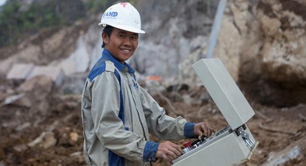 Công nhân AMDSTONE thực hiện công việc cắt đá trên công trường.