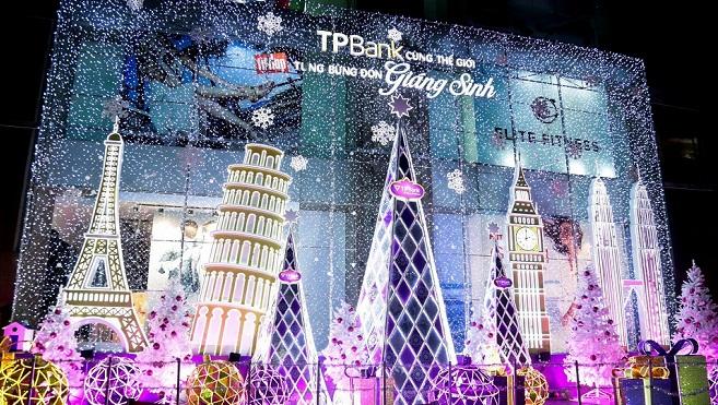 """TPBank """"ghi điểm"""" với người Sài Gòn bằng décor Giáng Sinh thế giới"""