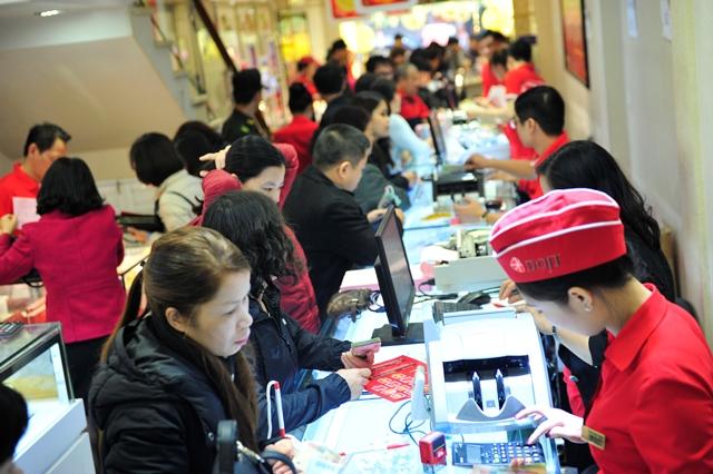 Dòng người nối nhau mua vàng trong ngày Thần Tài tại hầu hết các trung tâm thuộc DOJI cho thấy sức hút lớn của những sản phẩm có tính cạnh tranh tốt trên thị trường.