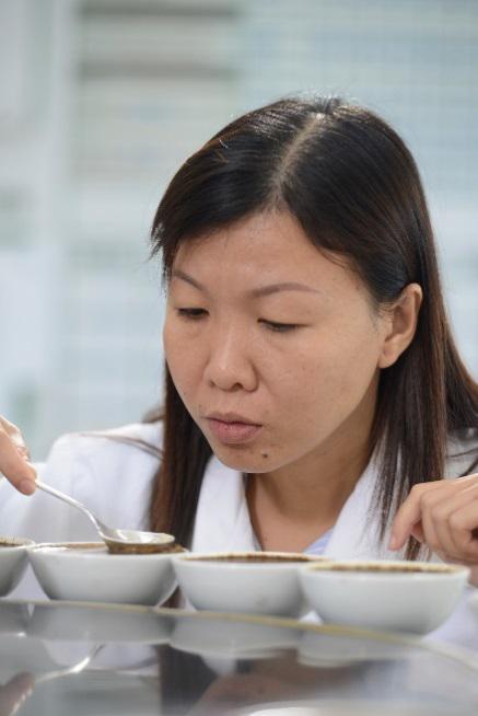 Chị Phạm Thị Ngọc Hiền đang kiểm định chất lượng cà phê.