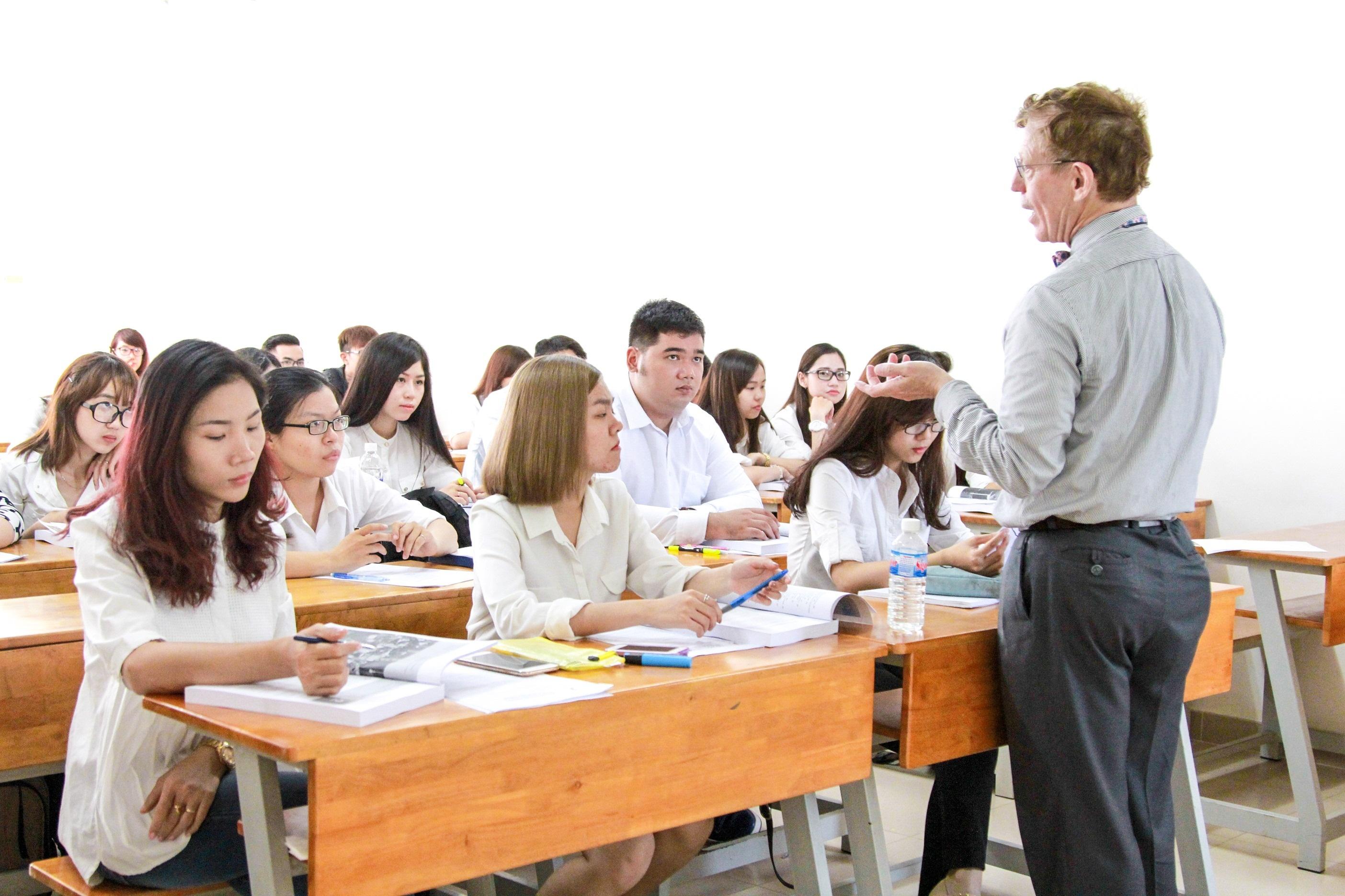 Đội ngũ giảng viên là các giáo sư Hoa Kỳ hàng đầu trong lĩnh vực Quản trị kinh doanh.