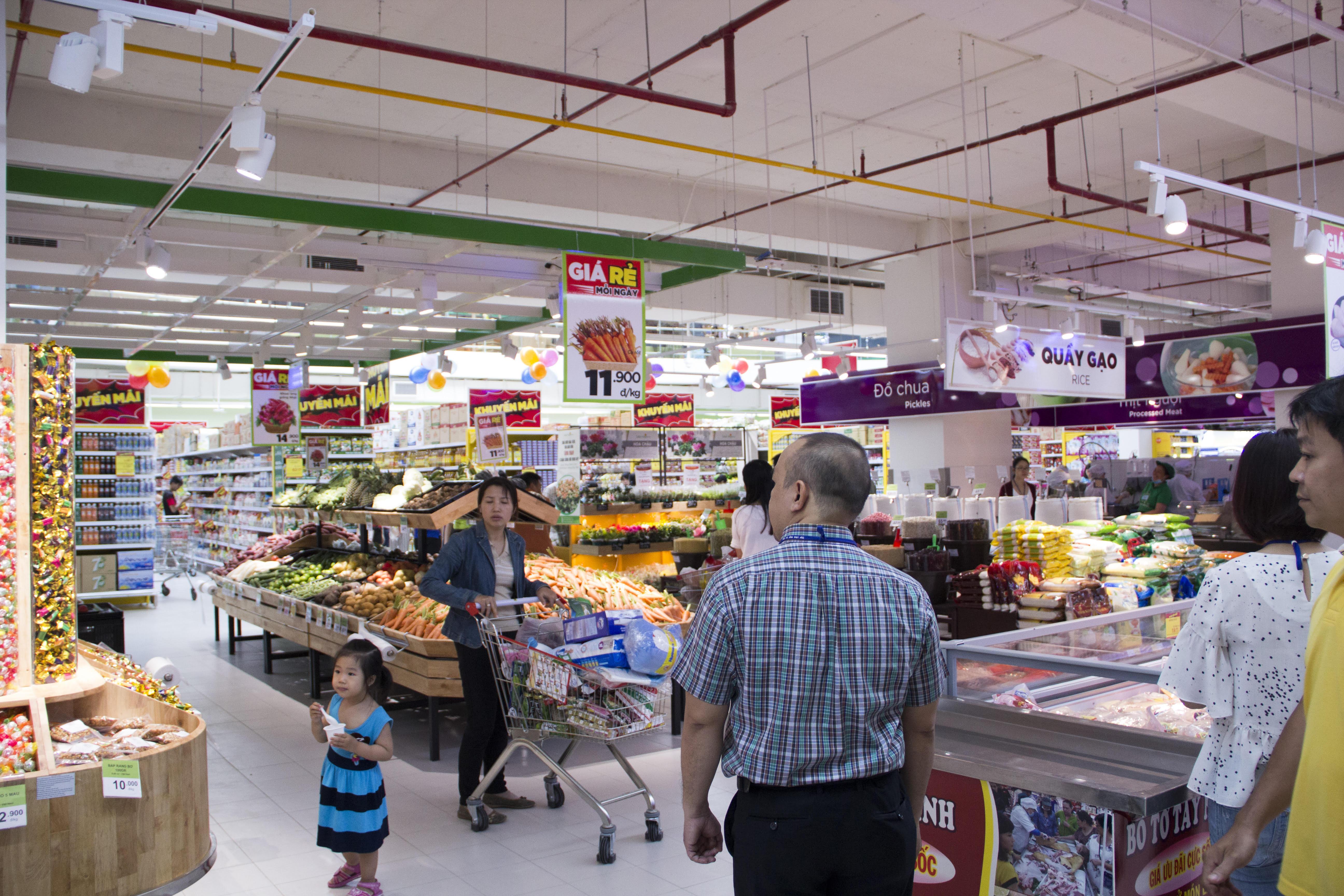 Siêu thị BigC ở khối đế Thương mại thu hút đông đảo người dân đến mua sắm.