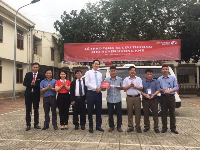 Tổng Giám đốc Maritime Bank ông Huỳnh Bửu Quang bàn giao xe cứu thương cho Bệnh viện Đa khoa huyện Hương Khê.