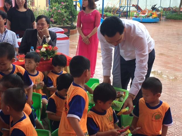 TGĐ Maritime Bank tặng quà cho các cháu trường Mầm non Hương Thủy.