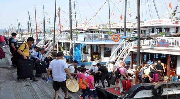 Hạ Long đón lượng du khách đông đảo đến thăm mỗi năm.