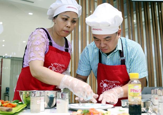 Hà Nội: Đàn ông thi trổ tài vào bếp làm món ăn tặng chị em phụ nữ