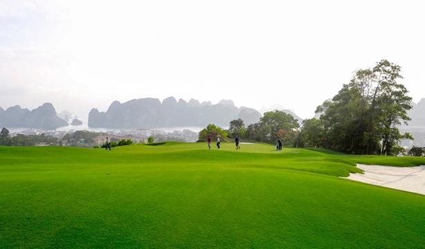 Tặng condotel FLC Hạ Long 2,4 tỷ đồng cho golfer đạt giải HIO tại FLC Faros Golf Tournament 2018