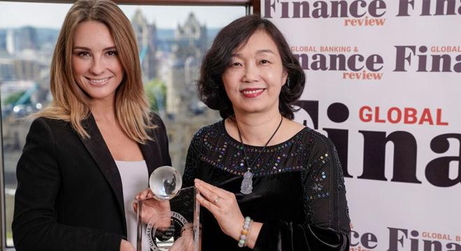VietinBank dẫn đầu về Dịch vụ chăm sóc khách hàng do Global Banking and Finance Review trao tặng
