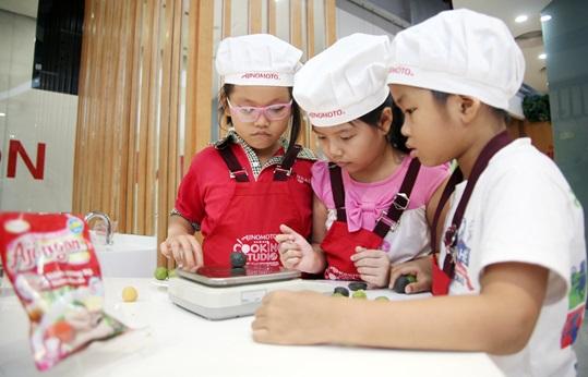 Các em nhỏ Hà Nội hào hứng trải nghiệm làm bánh trung thu hình con vật ngộ nghĩnh