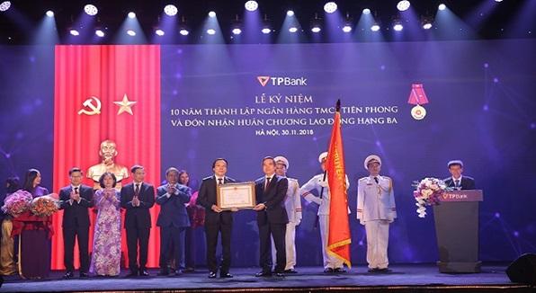 Kỉ niệm 10 năm thành lập, TPBank đón nhận Huân chương lao động Hạng Ba