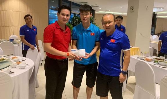 Giữ đúng lời hứa, tập đoàn điện tử Việt thưởng nóng ngay sau khi tuyển Việt Nam vào chung kết AFF Cup