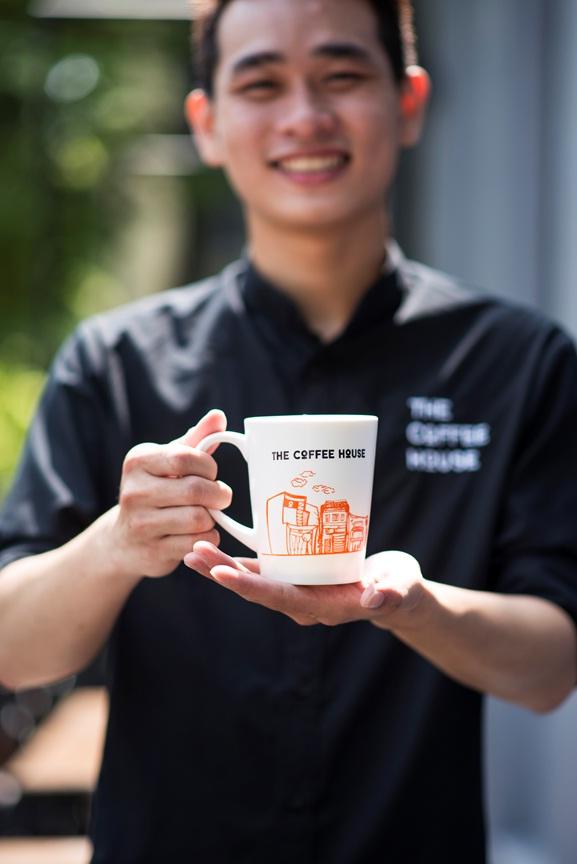 Nhân viên The Coffee House và quà tặng khách hàng nhân ngày khai trương quán tại Hà Nội