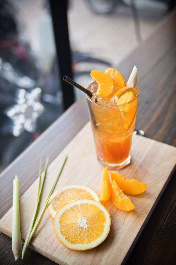 Trà đào với cam và sả là đồ uống được ưa chuộng nhất tại The Coffee House sau cà phê