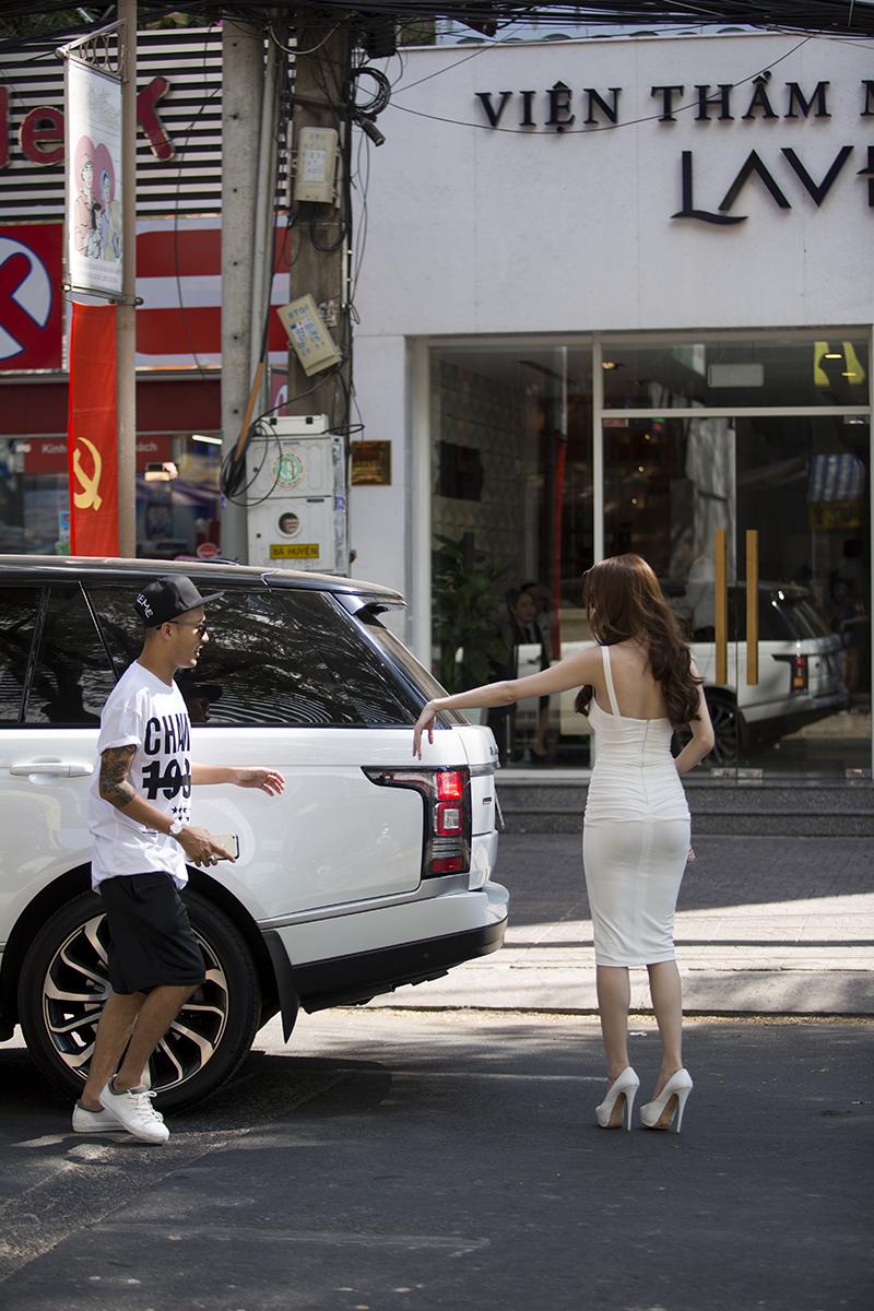 Ngọc Trinh lái siêu xe 8 tỷ, khoe đường cong gợi cảm trên phố - Ảnh 4.