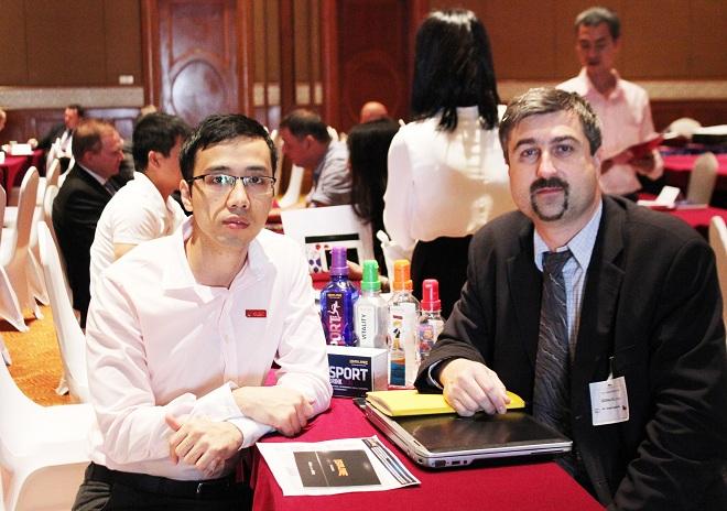 Ảnh đại diện Elmich trao đổi cơ hội với phái đoàn Séc trong buổi hội thảo