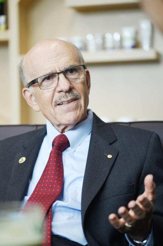 TS. Ignarro dù đã hơn 70 tuổi nhưng vẫn còn rất khỏe mạnh, minh mẫn nhờ lối sống năng động và lành mạnh