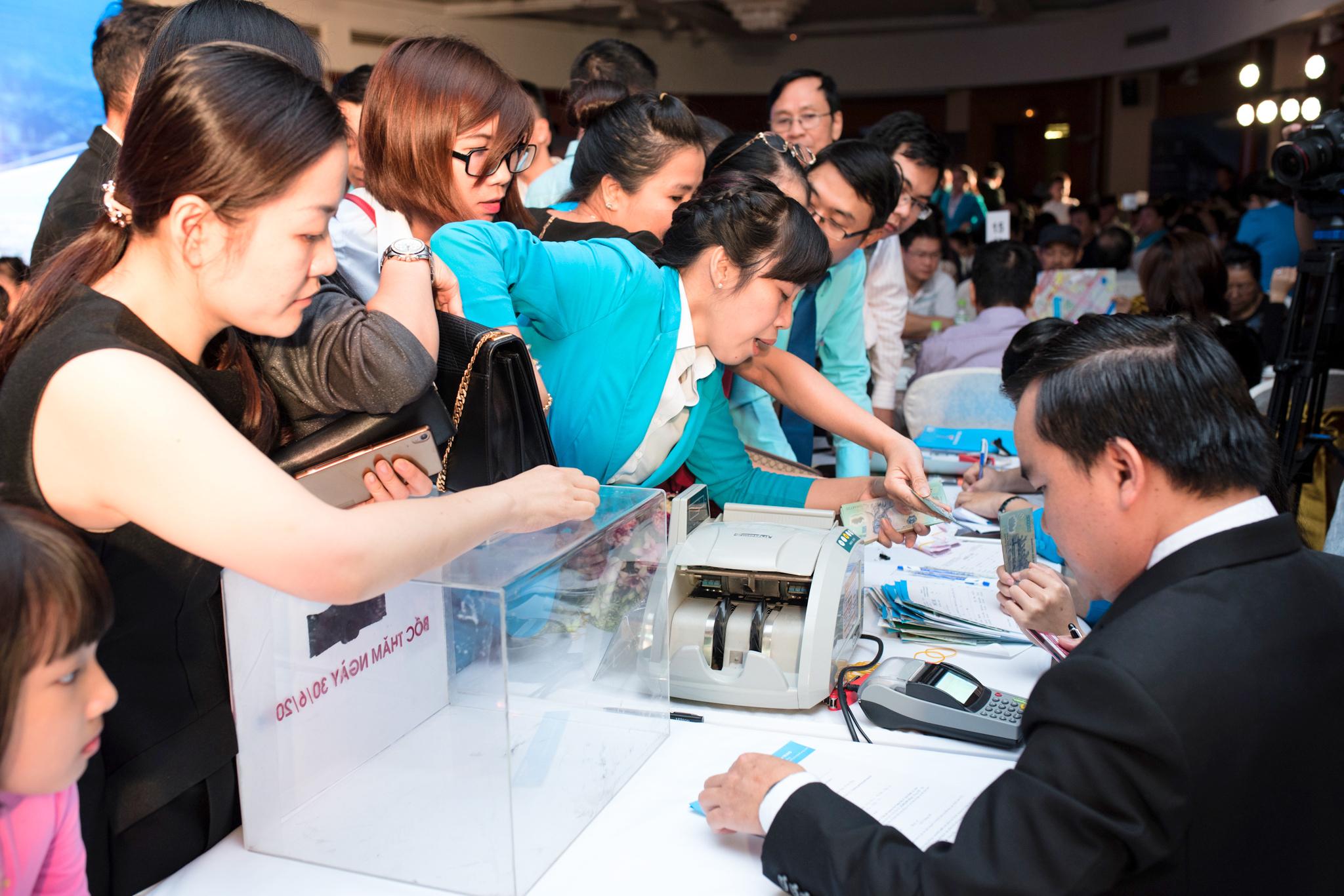 Khách hàng tìm hiểu dự án tại Hội nghị cơ hội đầu tư BĐS Đà Nẵng – Hội An do DXMT tổ chức tại KS Hilton - Hà Nội ngày 22/11 vừa qua.