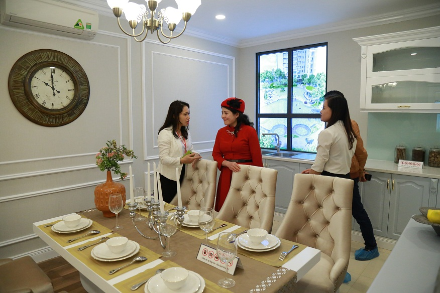 Khách hàng tham quan phòng ăn tại nhà mẫu Goldmark City