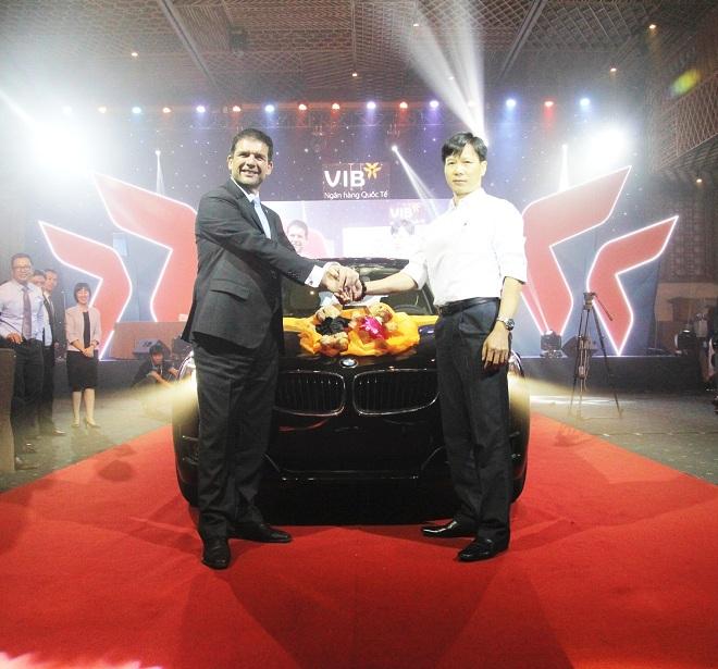 Anh Lê Hồng Duệ - khách hàng thân thiết tại chi nhánh VIB Bàu Cát- HCM, đã trở thành chủ nhân chiếc xe ô tô BMW 320i GT trị giá 1,8 tỷ đồng