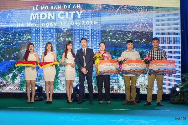 Các khách hàng nhận thưởng chuyến du lịch Thái Lan tại sự kiện mở bán