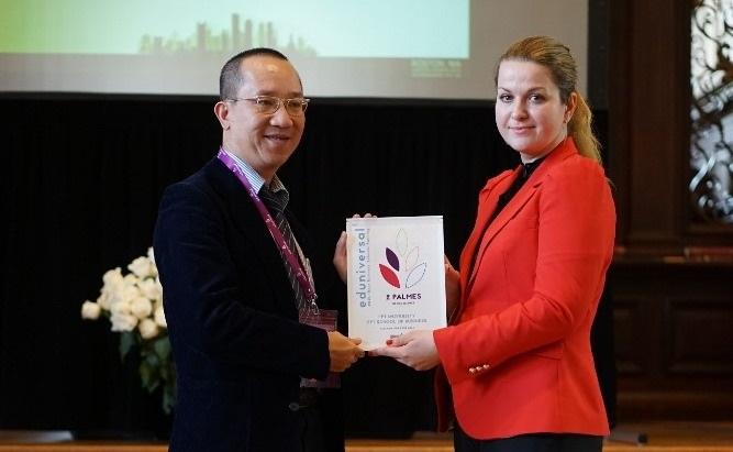 Ông Hà Nguyên, Viện trưởng Viện Quản trị Kinh doanh FSB, nhận chứng nhận Top 1000 trường kinh doanh tốt nhất thế giới của tổ chức Eduniversal tại Đại học Harvard