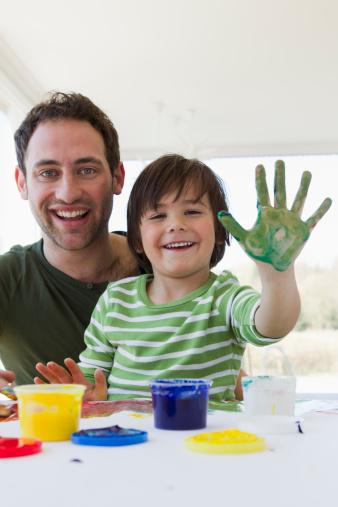 5 hoạt động trong nhà gắn kết bố và con trai