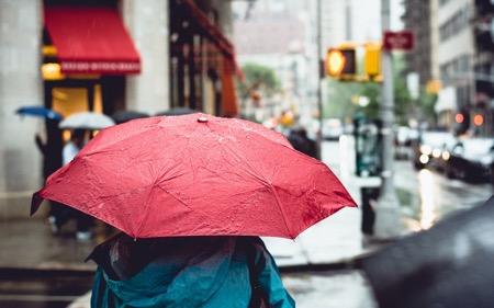 Mùa mưa bão này, bạn đã chuẩn bị gì cho smartphone của mình? - Ảnh 1.
