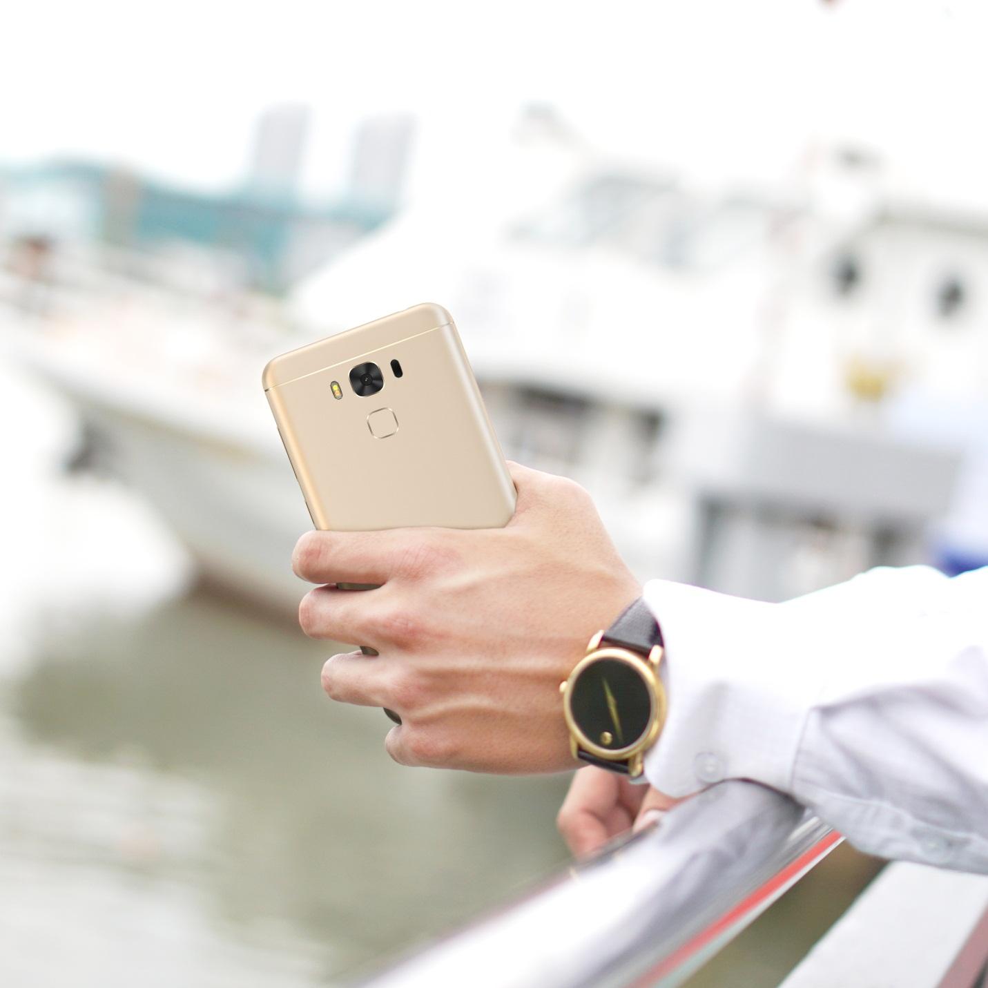 """Cận cảnh chiếc ZenFone 3 Max 5.5"""" khủng long pin mạ vàng"""